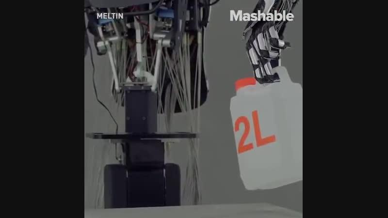 Этот робот имеет человека как пальцы которые выполняют чрезвычайно сложные задачи как развинчивания бутылок