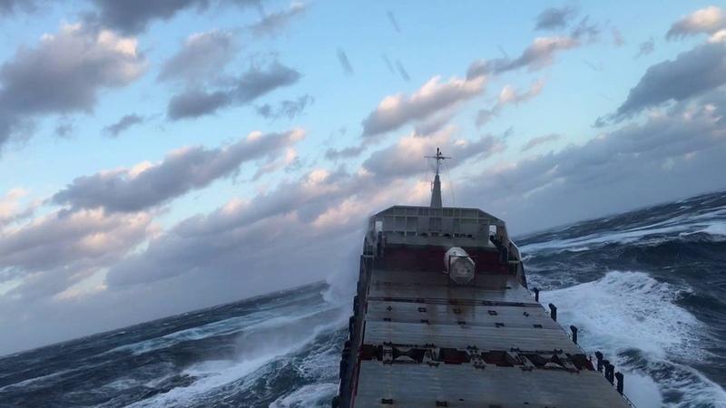 ШТОРМ 12 Баллов, у парней стальные яйца, родились в рубашке   Tanker Ship in Extreme Storm 12 points