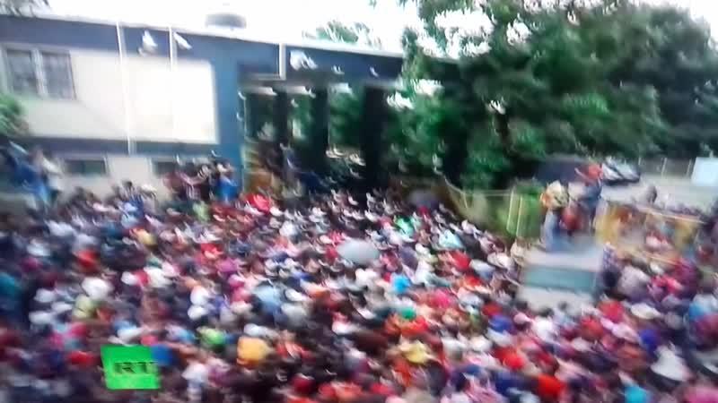 Гондурасские мигранты нарушают забор на границе с Мексикой