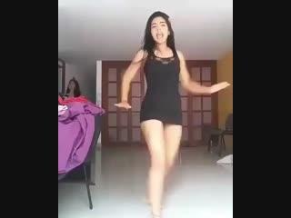 Liseli kız kamera karşısında seksi dansını yapıyor . Çok tatlı bacakları var - . - . - . - olgun mature milf türbanlı bacak ense
