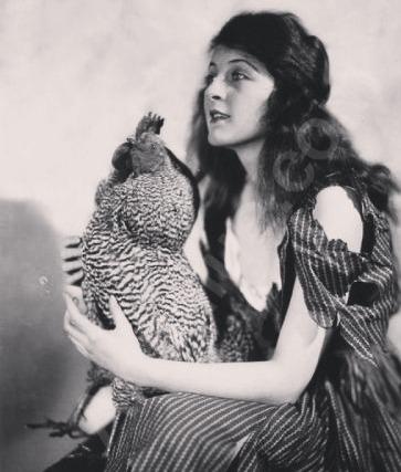 Марта Мэнсфилд гибель в огне Марта Мэнсфилд американская актриса, трагически погибшая на съёмочной площадке немого кино «Районы Вирджинии», вышедшего в 1924 году. С 14 лет Марта начала успешную