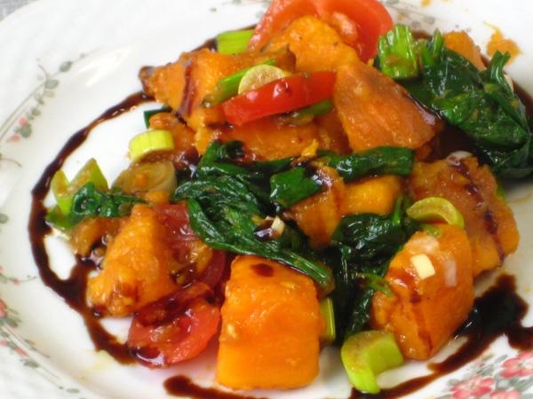 Теплый салат из батата со шпинатом веган