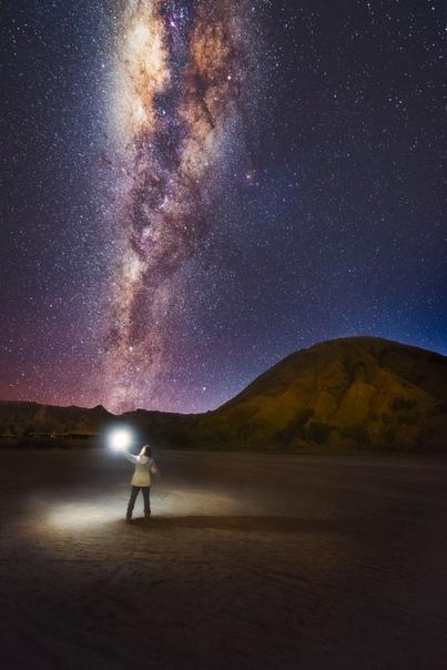 Грэй Чоу (Grey Chow) — фотограф из Куала-Лумпура, Малайзия. Его сказочные снимки звёзд и Млечного пути были сделаны во многих странах, которые он посетил. Грей путешествует по миру, следуя своим интересам..