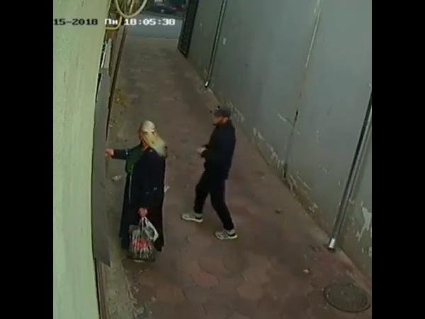 Пожилую одесситку ограбили возле дома