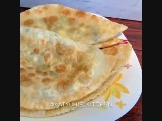 Пирожки-чебуреки с сыром, творогом и зеленью (ингредиенты указаны в описании видео)
