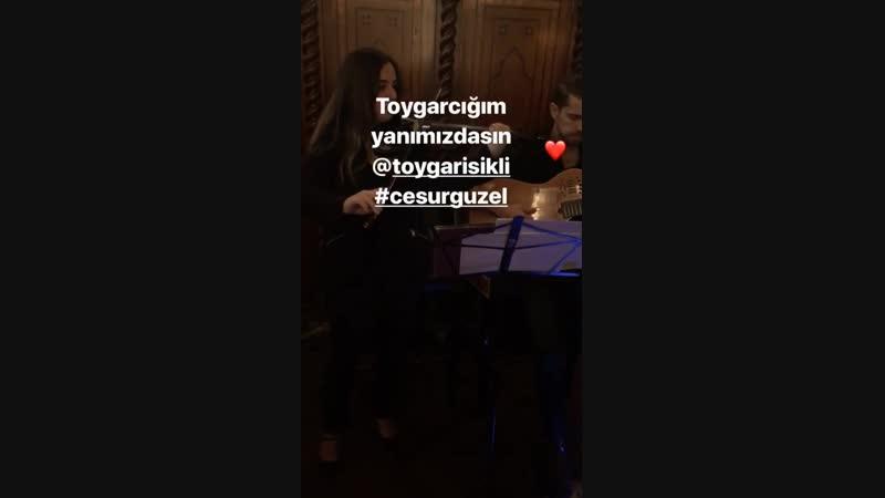 музыканты играют саундтреки к сериалу Джесур и Красавица.