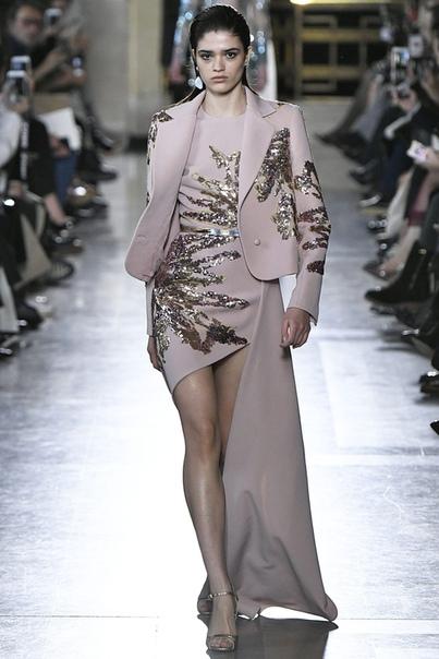Золото и серебро на показe Elie Saab Couture Скоро на всех красных дорожках и свадьбах восточных принцесс. На новом шоу бейрутского модельера тоже было много нарядной вышивки, летящих тканей,