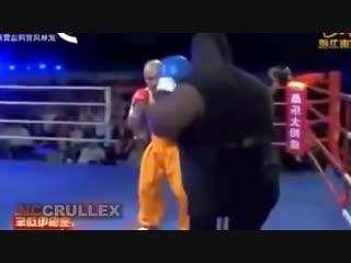 中国少林和尚反对有氧拳击手