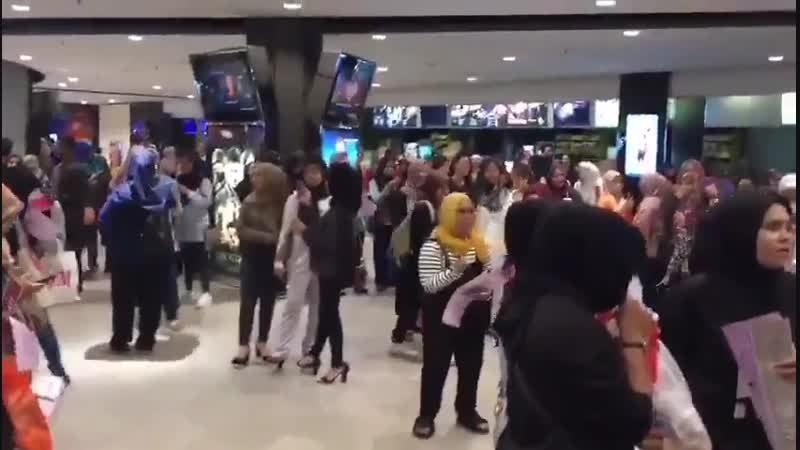 Wow ARMYs in GSC Aman Central BTS BurnTheStageT...
