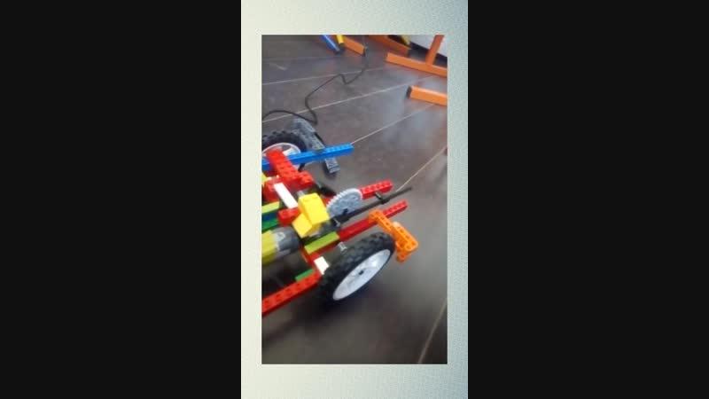 Будущий творец роботов! Мальчик показывает личную работу