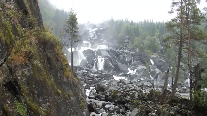 За горами за лесами водопад живет Алтая величать его У чар