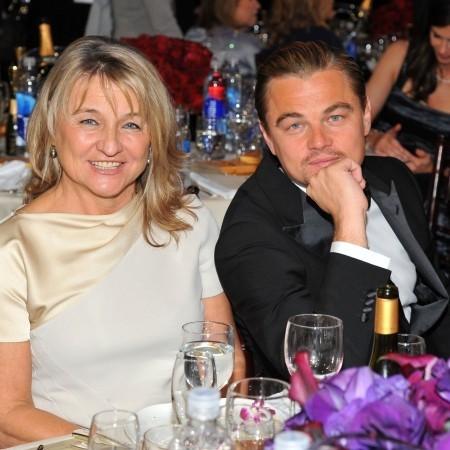 Мама Леонардо ДиКаприо поливает назойливых фанатов из шланга
