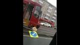 ▶ Трамвай сошел с путей и снес дорожный знак