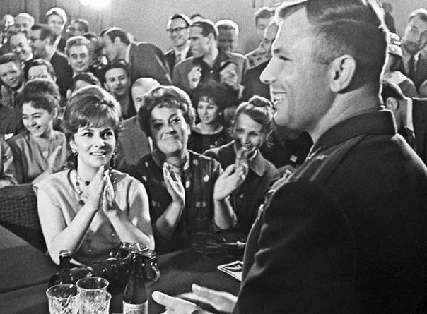 Джина Лоллобриджида и Юрий Гагарин на пресс-конференции в ходе 2-го Международного кинофестиваля, Москва, 1961 год