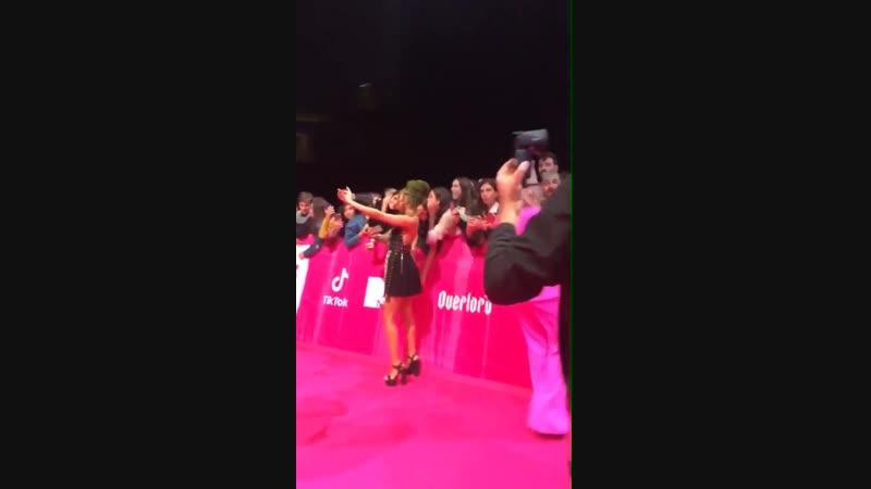Las chicas hoy tomándose fotos con los fans en la red carpet de los EMA's via mtemas en instagram stories @LittleMix LittleMixAt