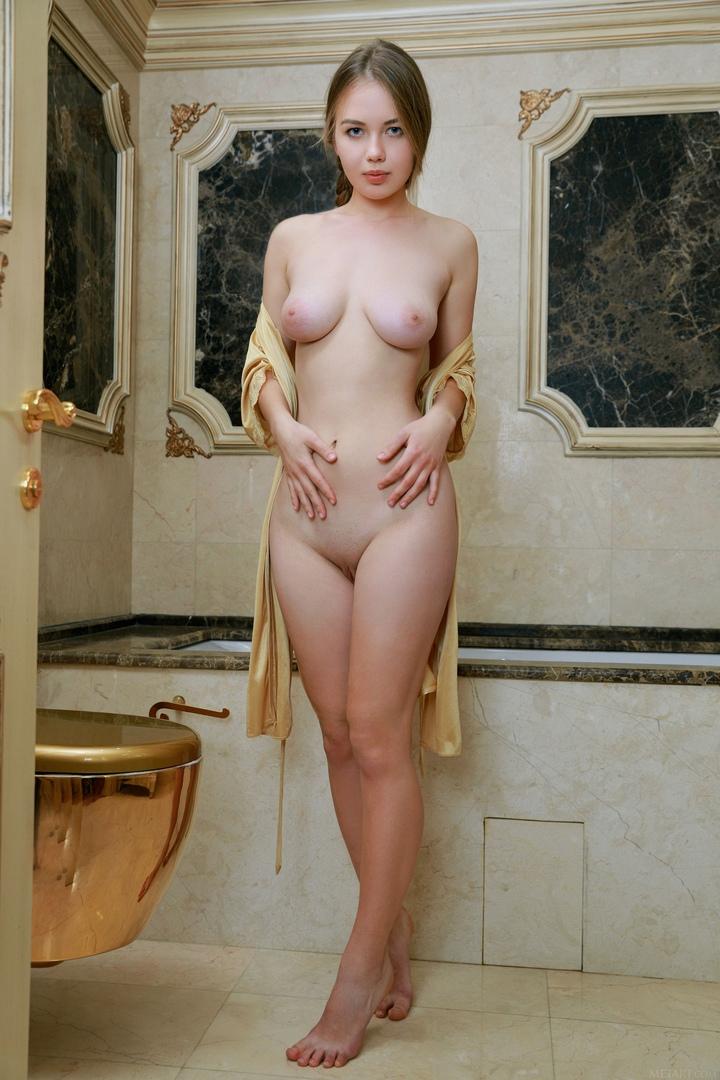 Kim shows her juicy flawless zeppelins