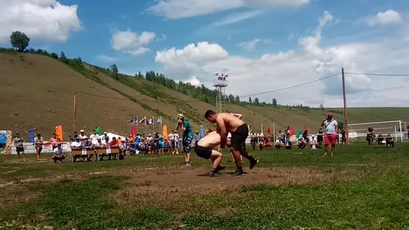 Борцуха 67 кг пытается поднять амбала 143 кг