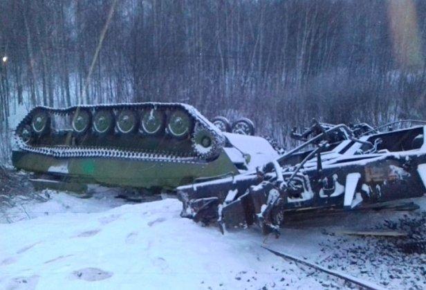 В России эшелон с танками шедший в сторону Украины перевернулся - все танки поломаны (Фото)