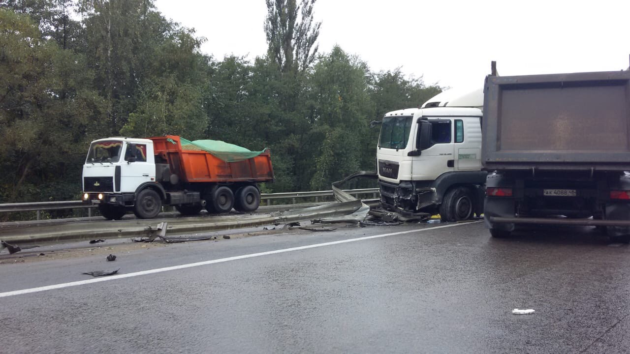 Мазда и грузовик столкнулись на трассе. У машин серьезные повреждения — Изображение 2