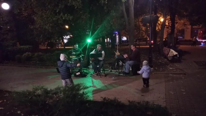 В центре Донецка группа Бульвар поднимает жителям города настроение