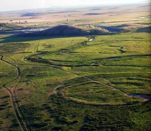 7 аномальных мест в россии 1. аркаим в челябинской областирусский стоунхендж, город-крепость аркаим, был построен 4 тысячи лет назад, а вот как и кем — до сих пор загадка. известно только, что