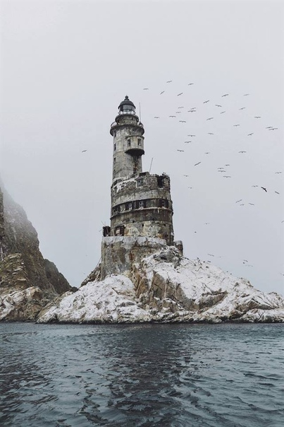 Атомный маяк на мысе Анива (Сахалин) Маяк Анива был установлен в 1939 году на небольшой скале Сивучья, возле труднодоступного скалистого мыса Анива. Этот район изобилует течениями, частыми