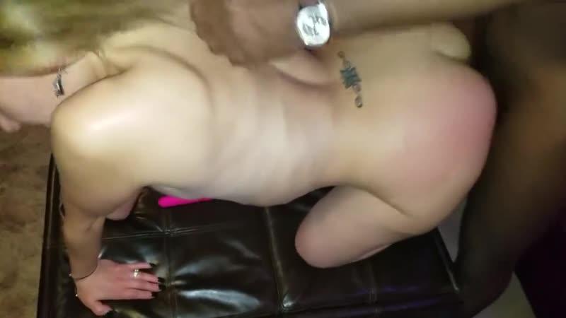 Негр трахает хотвайф жену в киску и попку при дрочащем