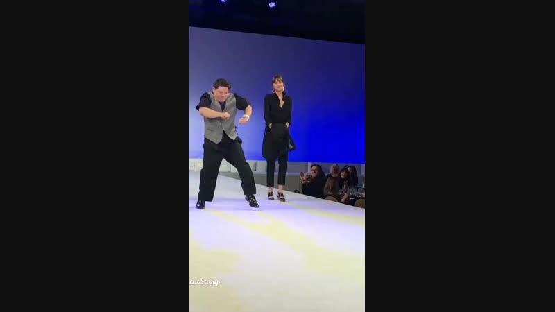 20 10 l Outro vídeo da Dakota dançando com Shia e Zack no palco Via tylernilson IG