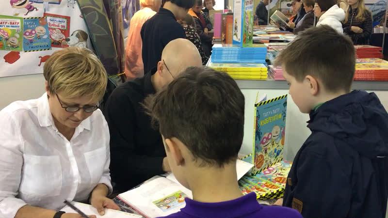 Подписываем книгу у замечательных финских «родителей» Тату и Пату!