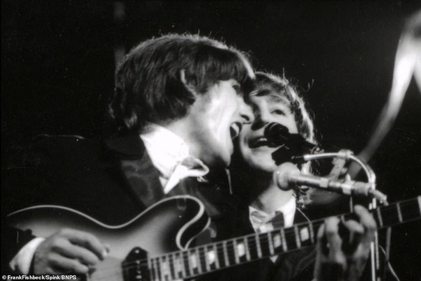Фото The Beatles во время тура по Германии 1966