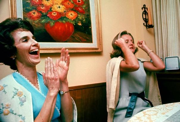 Жены космонавтов экипажа «Аполлон-8», как только они услышали голоса своих мужей с орбиты (1968 год