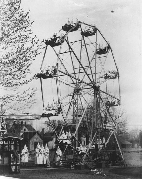 Члены «Ку-клукс-клана» на колесе обозрения (Каньон Сити, Колорадо, США, 1925 год).