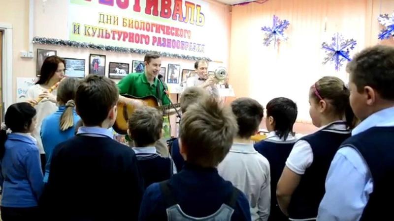 Алексей Паршков, Юлия Гальцова и Алексей Сеталов исполнили несколько тематических композиций