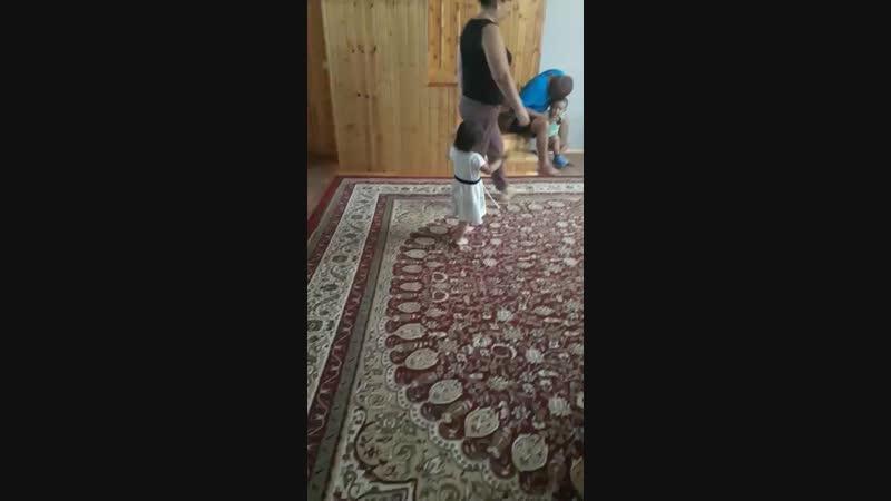 аяшок танцует на др своем