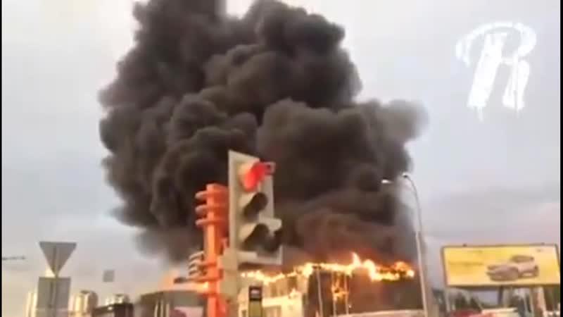 В Кемерово горит автоцентр Славия Один из очевидцев сообщает что перед пожаром был слышен сильный хлопок пишет Readovka Виде
