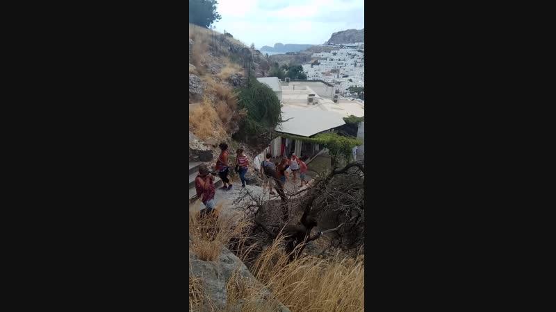 путь по скользким ступенькам в рыцарский замок Линдоса, Родос, Греция, сентябрь 2018