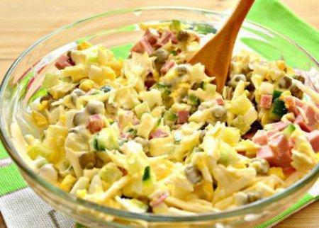 """Салат """"Нежность"""" с плавленым сыром и колбасой."""