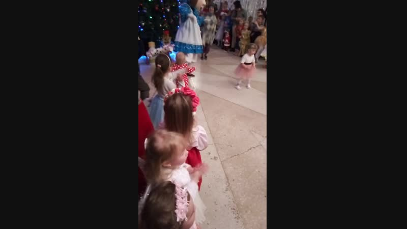София на ёлке, пока мы только за руки танцуем