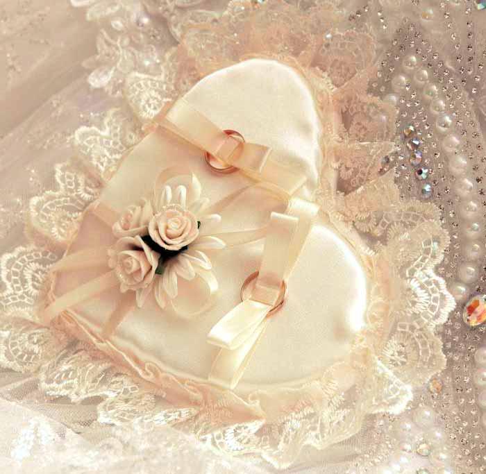 Формальные украшения свадебного торта должны быть использованы в качестве дополнения элегантной свадьбы.