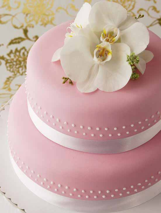 Несъедобные украшения, такие как ленты и свежие цветы, часто используются для украшения свадебных тортов.