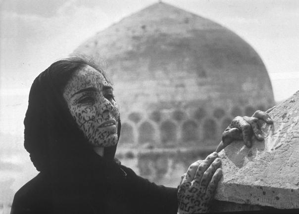 Ширин Нешат — иранская фотохудожница и кинорежиссёр, живущая в США Дочь врача и домохозяйки. Училась в Тегеране в католической школе. В 1979 году прилетела в Лос-Анджелес изучать историю