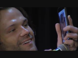 Джаред показывает на телефоне видео с Одеттой   SPNNJ NJCon 2018