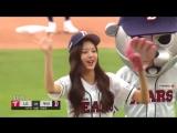 181006 Wonyoung's pitch and Sakura's bat at Doosan Bears and LG Twins' baseball match to kickoff the game!