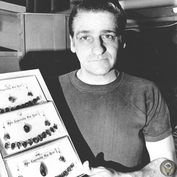 Серийный убийца Альберт Де Сальво демонстрирует авторские украшения, которые он сделал во время отбывания своего пожизненного наказания