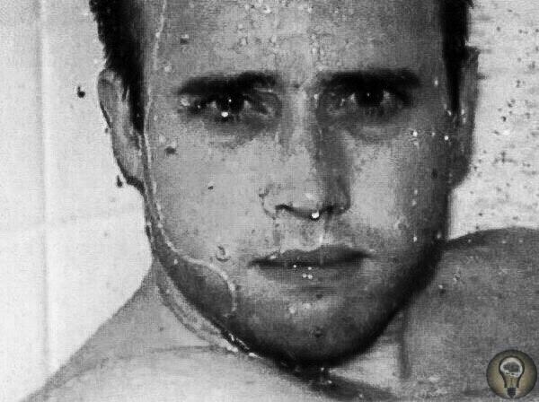 Тело 29-летнего Трэвиса Александра было найдено у него дома в городе Меса, штат Аризона, в июне 2008 года Он сидел в душе и был уже 5 дней как мертв с двумя пулями в голове, 29 ножевыми