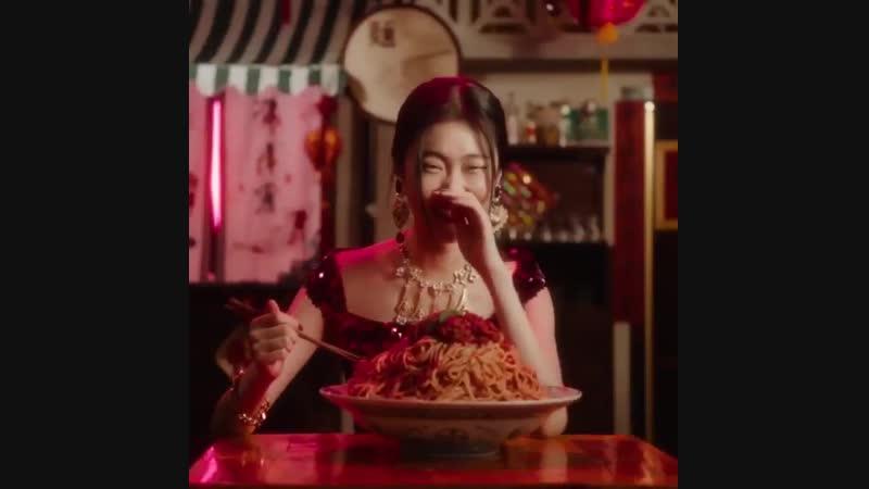 """Dolce&Gabbana涉嫌辱华视频""""用筷子吃饭"""" 欢迎来到第3集 我们将处理意大利Spaghetti al pomodoro!现在即使你认为它们可能与中国面条相似,但你吃它们的方式也有很大不同。"""