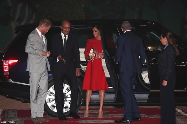 В алом платье и под усиленной охраной: Меган Маркл и принц Гарри прилетели в Марокко Несколько дней назад отпраздновав baby shower в Нью-Йорке, беременная Меган Маркл вернулась к своим