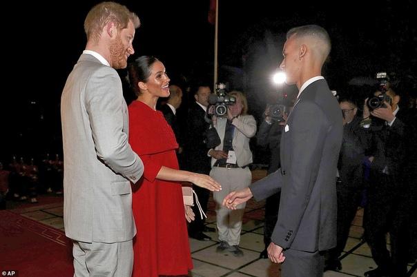 В алом платье и под усиленной охраной: Меган Маркл и принц Гарри прилетели в Марокко