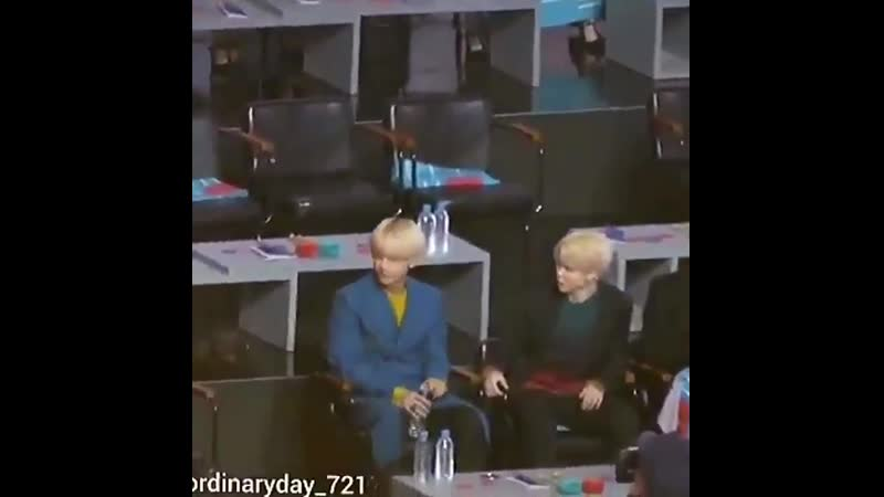That time when nuest members couldnt get enough chairs to sit so Taehyung noticed that wen