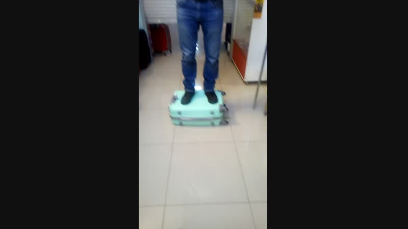 Проверка чемодана из АБС пластика на прочность!